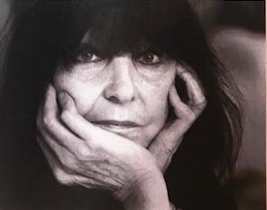 Die große Friedericke Mayröcker ist tot.In einem Gespräch sagte sie, dass sie erst mit 75 Jahren ein Mensch geworden sei...
